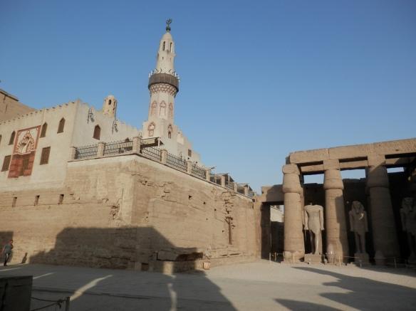 Une mosquée bâtie à l'intérieur du temple, sur des remblais sans doute pleins de merveilles, mais maintenant inaccessibles.
