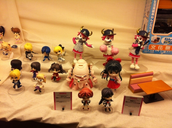 J'ai aussi failli m'acheter la figurine de Sakura Taisen, au milieu. Mais finalement non.