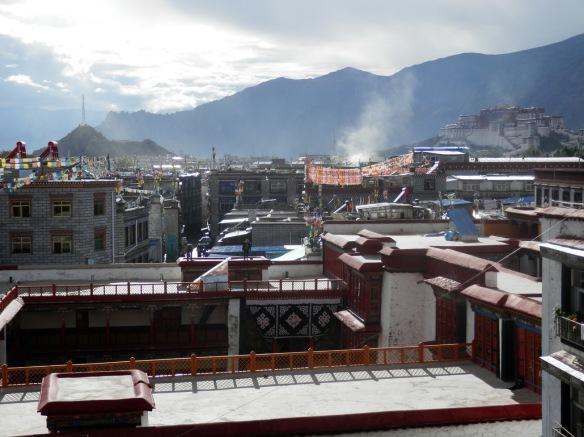 La vue depuis la terrasse sur le toit de l'hôtel.