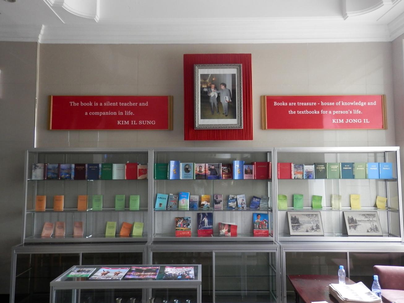 L'hôtel dispose d'une libraire, avec deux citations des leaders qui plairont à nos amis libraires.